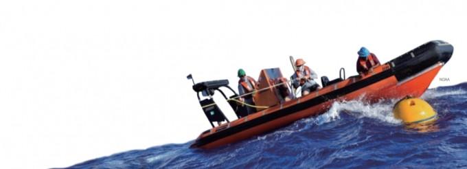 미국 국립해양대기청(NOAA) 연구팀이 심해 생태 연구를 위해 음파탐지기를 입수시키고 있다. 이처럼 심해 환경 연구를 위해서는 특별한 장비가 필요하다. 미국 국립해양대기청 제공
