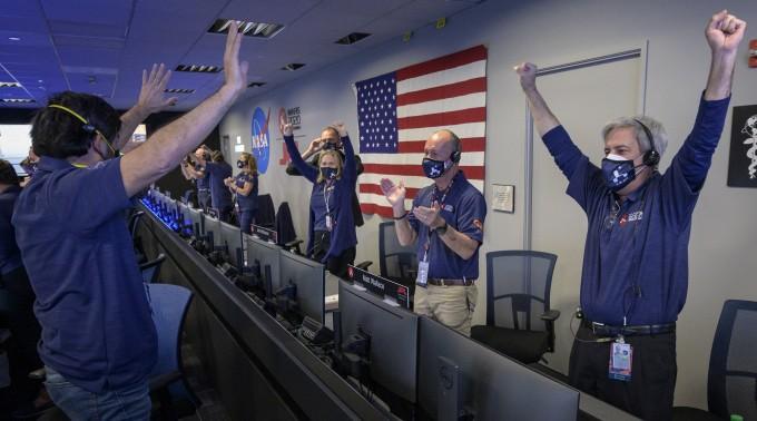 퍼시비어런스가 화성에 무사히 착륙했다는 신호가 도착하자 미국항공우주국(NASA) 제트추진연구소(JPL) 직원들이 환호하고 있다. Bill Ingalls/NASA 제공