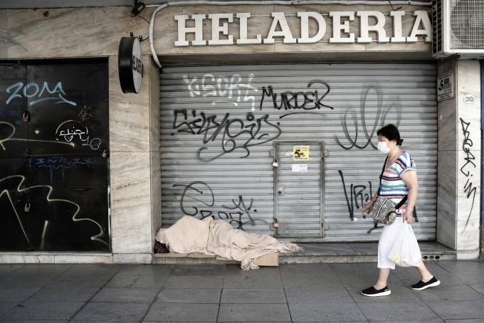 아르헨티나 수도 부에노스아이레스 빈민가에 코로나19로 숨진 환자 시신이 하얀 천에 쌓인 채 방치돼 있다. 크리에이티브커먼즈 제공