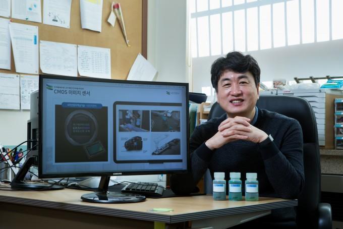 박성흠 부경대 물리학과 교수팀은 해외 수입에 의존하던 근적외선 차단 필터를 독자적인 기술로 개발했다. 남윤중 제공