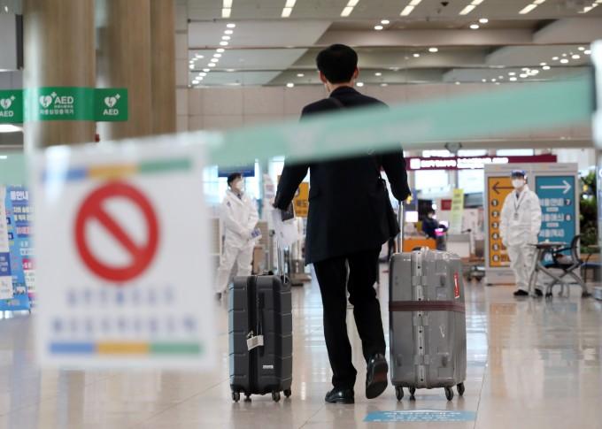 영국발 신종 코로나바이러스 감염증(코로나19) 변이 바이러스로 4차 유행에 대한 우려가 커지는 가운데 5일 영종도 인천국제공항에서 해외 입국자들이 방역 관계자의 안내를 받고 있다. 연합뉴스 제공