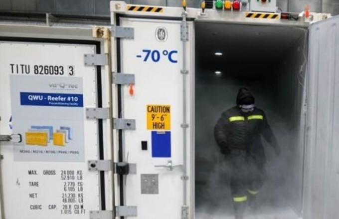 컨테이너의 저온 유지를 위해 드라이아이스를 옮기는 독일의 근로자 모습. 연합뉴스 제공