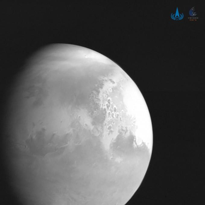 중국국가우주국(CNSA)이 5일(현지시간) 화성 탐사선 톈원 1호가 촬영한 화성 표면 사진을 처음 공개했다. CNSA 제공
