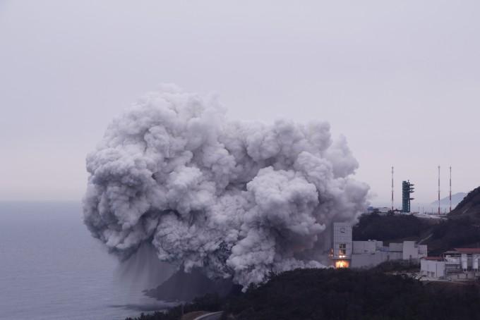 한국형발사체 ′누리호′가 25일 1단에 탑재될 300t급 액체엔진 연소시험에서 100초 연속 연소에 성공했다. 고흥=김우현