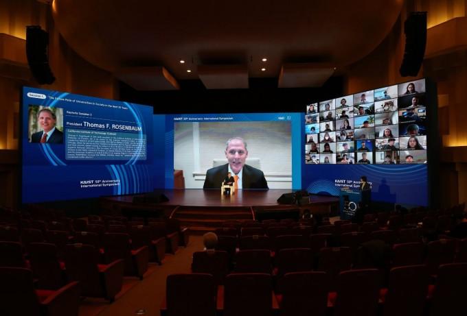 토마스 로젠바움 미국 캘리포니아공과대(칼텍) 총장이 16일 기조연설을 진행하고 있다. KAIST 제공