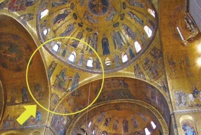 산마르코 성당은 정사각형 모양의 기둥 위에 각각 비잔틴 풍의 돔 5개를 얹었다. 노란원 부분에서 펜덴티브를 볼 수 있다. 수학동아DB
