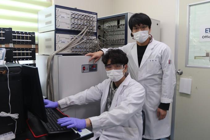 연구에 참여한 송하용 박사과정생, 엄광섭 교수