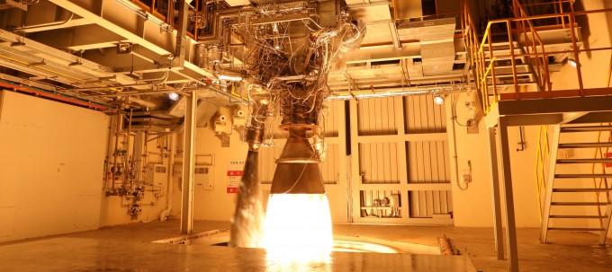 한국형발사체 누리호에 들어갈 75t급 액체엔진이 연소 시험 중이다. 한국항공우주연구원 제공