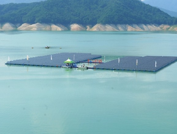2012년 경남 합천호에 설치된 수상태양광. 세계 최초 상용화 수상태양광이자 당시 가장 큰 규모였지만, 최근 건설되는 수상태양광에 비하면 작은 규모다. 한국수자원공사 제공