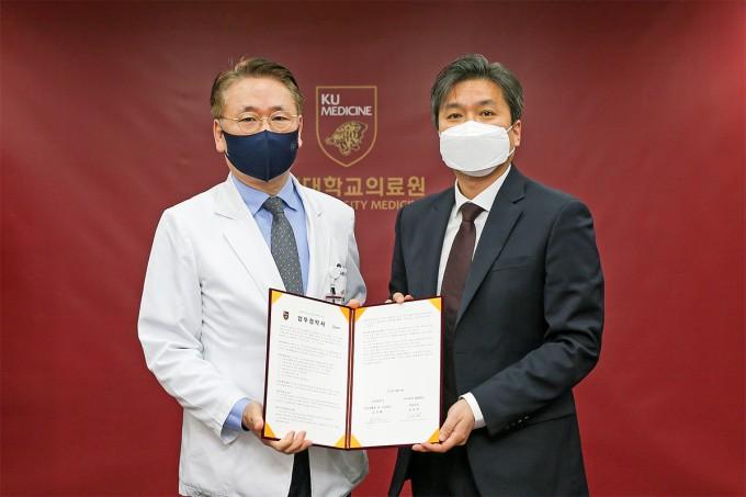 좌측부터 김영훈 고려대 의무부총장 겸 의료원장, 송성원 셀랩메드 대표이사. 고려대의료원 제공