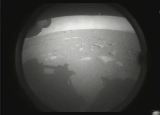 퍼시비어런스가 보낸 첫 번째 화성 표면 사진.