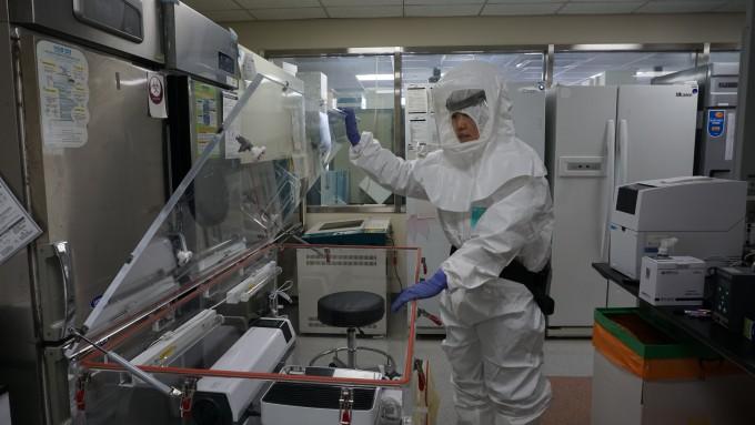 기자가 직접 레벨D 방호복을 착용하고 동물이용 생물안전 3등급(ABL3) 연구시설 내에서 실험을 시뮬레이션해봤다. 실험 장치는 바이러스의 공기 중 전파를 시험하는 것으로 ABL3 내부에도 동일한 시설이 갖춰져 있다. 이현경 제공