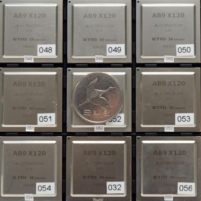 한국전자통신연구원(ETRI) 연구진이 SK텔레콤과 함께 개발한 인공지능 반도체 ′알데바란9(AB9)′. ETRI 제공.