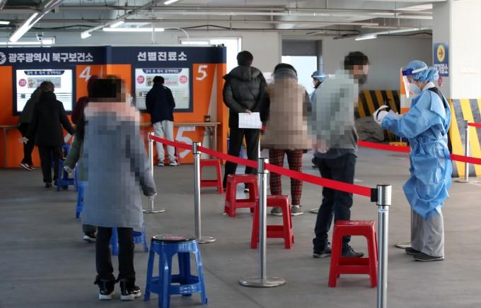 2021년 2월 3일 광주 북구선별진료소에서 시민들이 신종 코로나바이러스 감염증(코로나19) 검사 접수를 하기 위해 줄 서 있다. 연합뉴스 제공
