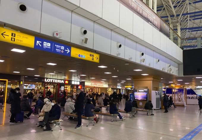 21일 서울 용산구 서울역에서 사람들이 마스크를 끼고 열차를 기다리고 있다. 고재원 기자 jawon1212@donga.com