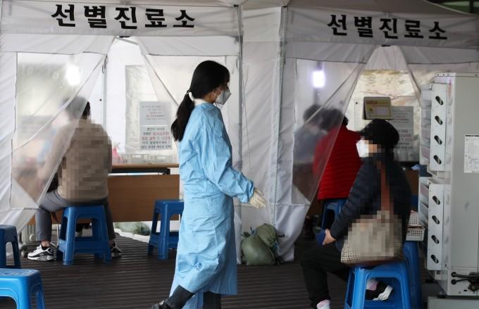 5일 오후 광주 서구보건소 선별진료소에서 신종 코로나바이러스 감염증(코로나19) 검사를 받으려는 시민들의 발길이 이어지고 있다. 연합뉴스 제공