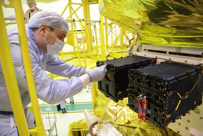 러시아 소유스 로켓에 장착되고 있는 티몬과 품바의 모습. 연세대 제공