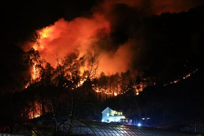 강원도의 야산에서 난 불이 밤늦게까지 꺼지지 않은 채 마을 주변으로 번지고 있다. 사진은 2019년 1월 강원 양양군 서면 송천리에서 발생한 산불이다. 연합뉴스 제공