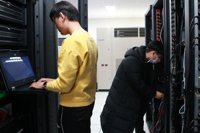 대구경북과학기술원(DGIST) '암흑데이터 극한활용 연구센터' 전용 슈퍼컴퓨팅 시설에서 연구원들이 컴퓨터 성능을 확인하고 있다. DGIST 제공
