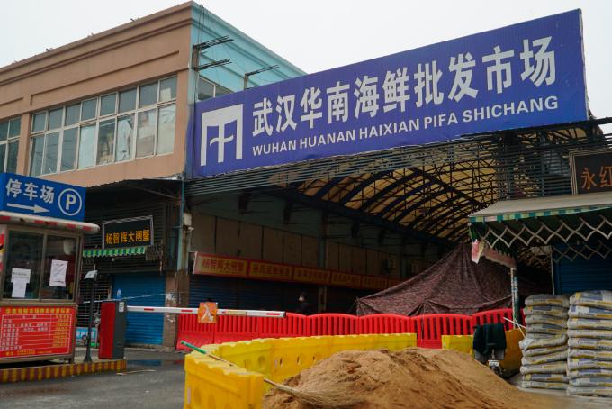 신종 코로나바이러스에 감염된 이른바 우한 폐렴의 최초 발생지인 중국 후베이성 우한의 화난(華南)수산물도매시장이 21일 폐쇄되어 있는 모습. 우한 AP/연합뉴스 제공