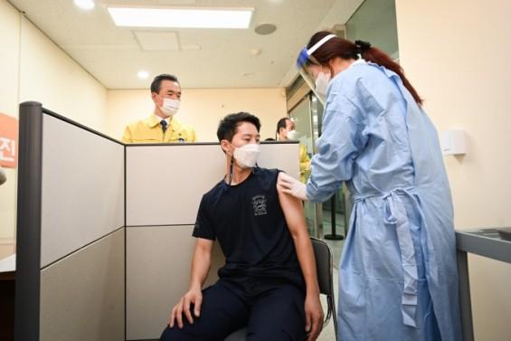 코로나19 신규확진 424명…백신 접종자 15만명 넘어