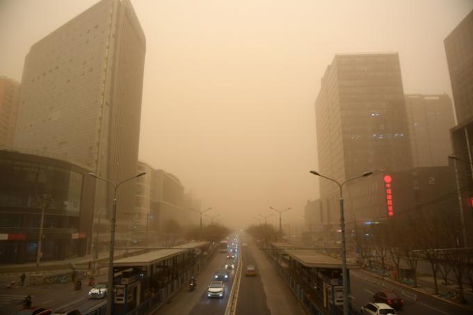 15일 오전 중국 베이징의 도로와 건물들이 황사에 휩싸여 있다. 베이징시 기상대는 이날 올해 들어 처음으로 황사 황색경보를 발령했다.