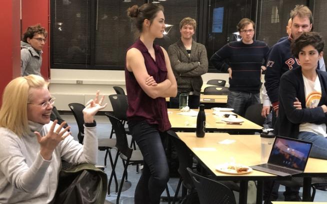 애비 자크 전 미국 MIT 철학과 연구원 (왼쪽· 현재 미국 스탠퍼드대 소속)이 AI 윤리 독서 그룹 학생들과 컴퓨터과학 커리큘럼에 도입할 윤리 과목에 대해 토론하고 있다. MIT (Kim Martineau) 제공