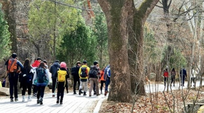 오전 서울 강북구 북한산을 찾은 시민들이 등산을 하고 있다. 연합뉴스 제공