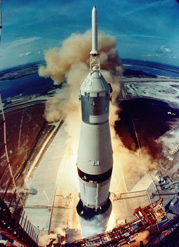 아폴로 11호를 탑재한 새턴V 로켓이 발사대를 이륙하고 있는 모습. NASA 제공