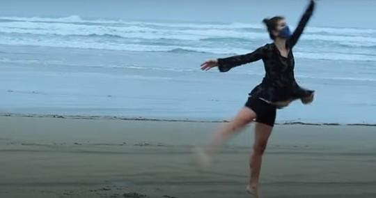 코로나19 단백질을 발레로 표현해 신설된 코로나19 부문 우승을 차지한 영상. 유투브 캡쳐
