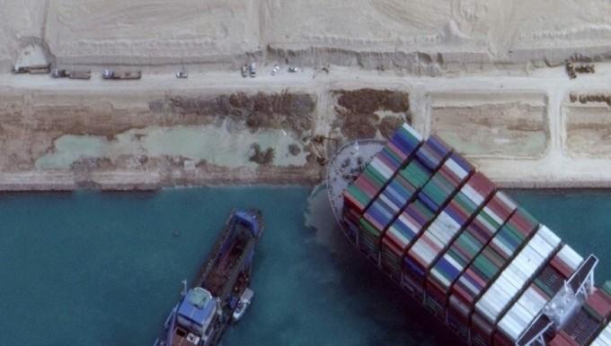 수에즈 운하에 좌초한 컨테이너선 구난 작업. AFP/연합뉴스 제공