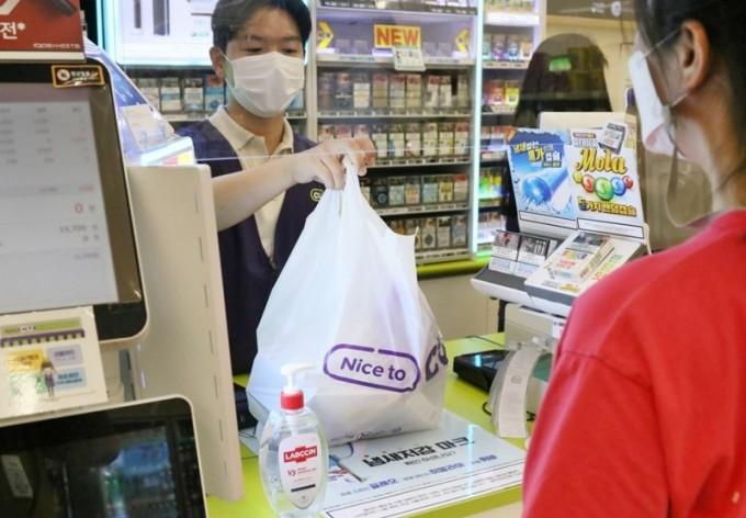 편의점 내 신종 코로나바이러스 감염증(코로나19) 예방을 위한 비말 차단막이 설치된 모습이다. 연합뉴스 제공