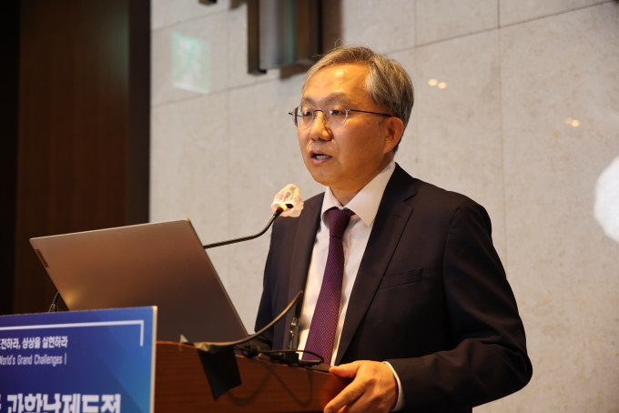 장진영 서울대 의과대학 외과학교실 교수가 대표적인 난치암인 췌장암의 진단 및 치료 패러다임을 전환할 수 있는 연구 비전을 발표하고 있다. 한국과학기술한림원 제공.