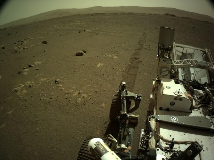 미국항공우주국(NASA)의 화성탐사 로버 ′퍼시비어런스′가 화성에 남긴 바퀴자국을 촬영해 보냈다. NASA 제공