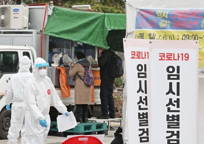 21일 오전 서울 구로역 광장에 마련된 임시 선별진료소 앞에 시민들과 외국인들이 검체 검사를 받기 위해 줄을 서 있다. 연합뉴스 제공