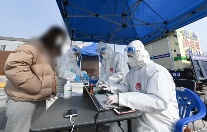 경기 여주시 여주역에서 신속 PCR 검사를 진행하고 있다. 공공누리 제공