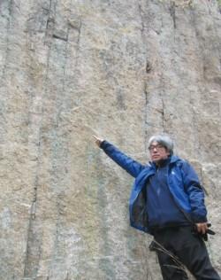 우경식 교수가 설악산의 화강암ㅇ이 드러난 부분을 가리키고 있다. 우경식 제공