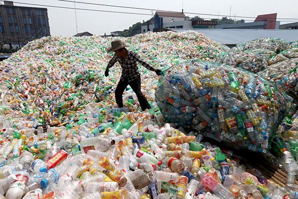 중국 저장성 타이저우시의 재활용 수거장에서 플라스틱 병을 담아 옮기고 있다. EPA/연합뉴스 제공