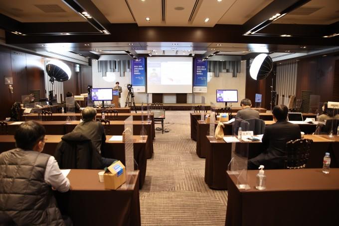 3일과 4일 이틀에 걸쳐 과학기술정보통신부가 서울 양재동 엘타워에서 개최한 ′2021년 한국 과학난제 도전 온라인 콘퍼런스′ 현장이다. 32명의 과학자들이 각기 창의적인 주제로 과학난제 해결을 위한 연구 비전을 제시했다. 한국과학기술한림원 제공.