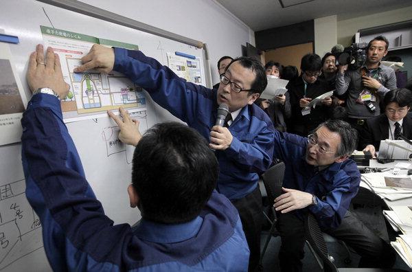 2015년 3월 16일 일본 도쿄에서 열린 기자회견 중 도쿄전력의 홍보 담당 직원들이 기자들에게 이날 새벽 후쿠시마 제1원전 4호기 격납용기 외부 건물에서 발생한 화재에 대해 설명하고 있다. 연합뉴스 제공