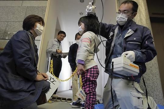 일본 후쿠시마 원전에서 북서쪽으로 40㎞ 떨어진 이타테 마을의 주민센터에서 30일 한 여자 어린이가 방사선 검사를 받고 있다. AP/연합뉴스 제공