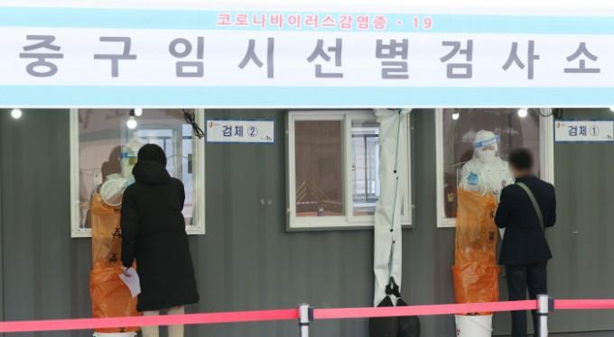 3월 17일 서울역 광장에 마련된 중구 임시선별검사소에서 시민들이 신종 코로나바이러스 감염증(코로나19) 검사를 하고 있다. 연합뉴스 제공