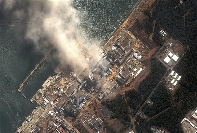 2011년 3월 14일 위성 촬영한 일본 후쿠시마 원자력발전소. 제1원전 3호기에서 노심용융(멜트다운)과 수소 폭발이 발생한 모습이 보인다. 로이터/연합뉴스 제공