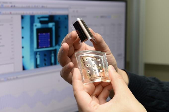 ETRI 연구진이 개발한 LED 필름형 햅틱 기술을 플렉서블 디스플레이에 적용시킨 컨셉 디자인이다. ETRI 제공.