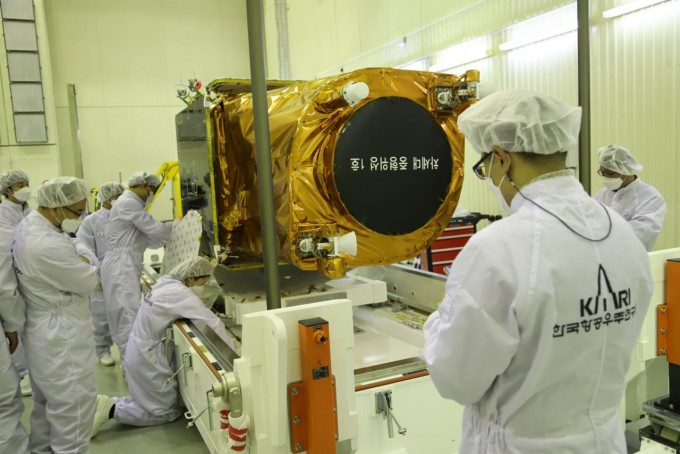 한국항공우주연구원 연구팀이 20일 카자흐스탄 바이코누르 우주센터에서 러시아 소유스 로켓에 실려 발사 예정인 차세대중형위성 1호를 검사하고 있다. 로스코스모스 제공