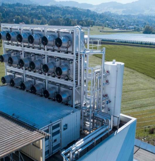 스위스 스타트업 '클라임웍스(Climeworks)'가 제작한 직접 공기 포집(DAC) 장치. 이산화탄소 수집기 모듈을 쌓을 수 있는 방식으로 구성돼 대형 공장에도 설치 가능하다. 클라임웍스 제공