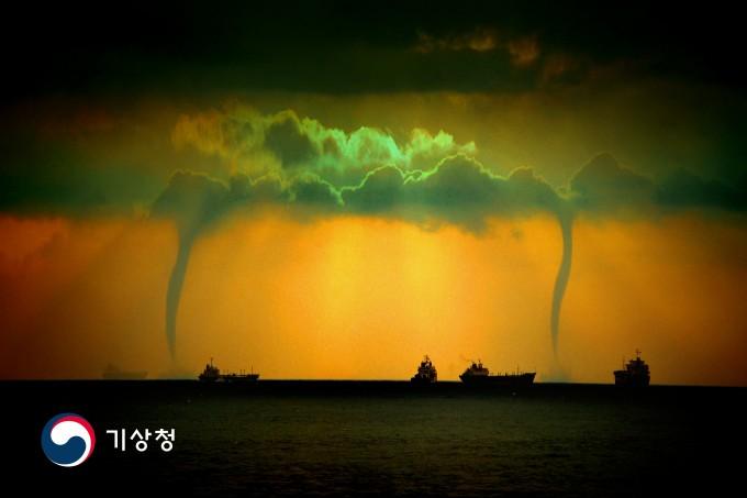 지난해 공모전에서 대상을 차지한 김택수 씨의 바다 위 거대한 쌍용오름 현상. 쌍용오름 현상은 회오리바람을 동바하는 기둥이나 깔때기 모양의 구름이 지면과 해면에서 하늘까지 닿아있는 현상을 뜻한다. 기상청 제공