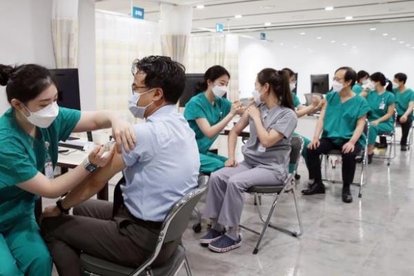 서울아산병원 의료진들이 신종 코로나바이러스 감염증 백신을 맞고 있다. 연합뉴스 제공