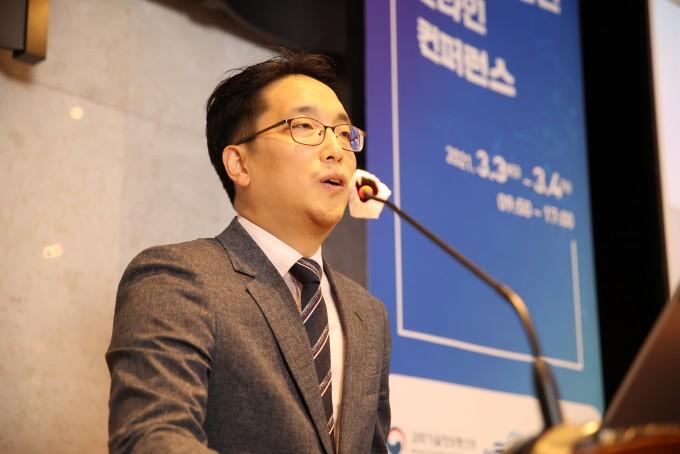 이준희 울산과학기술원(UNIST) 교수가 반도체 집적의 한계라는 과학난제를 극복하기 위한 연구 전략과 비전을 발표하고 있다. 한국과학기술한림원 제공.