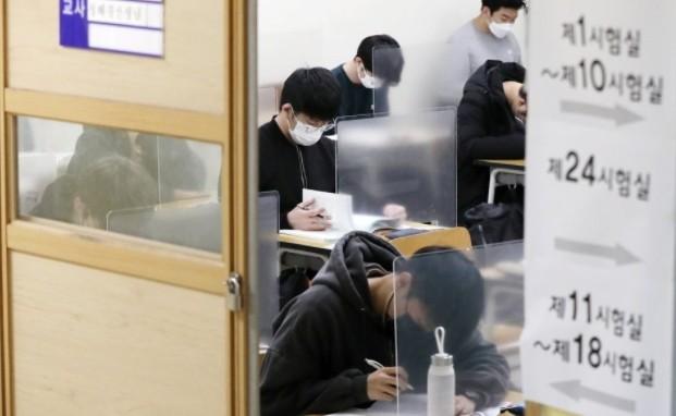 2021학년도 대학수학능력시험이 치러진 지난해 12월 3일 오전 서울 종로구 경복고등학교 고사장에서 수험생들이 시험을 앞두고 자습하고 있다. 사진공동취재단